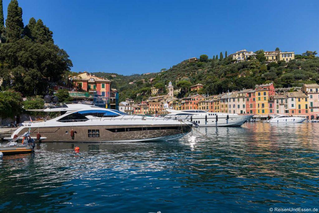 Yacht im Hafen von Portofino in Ligurien