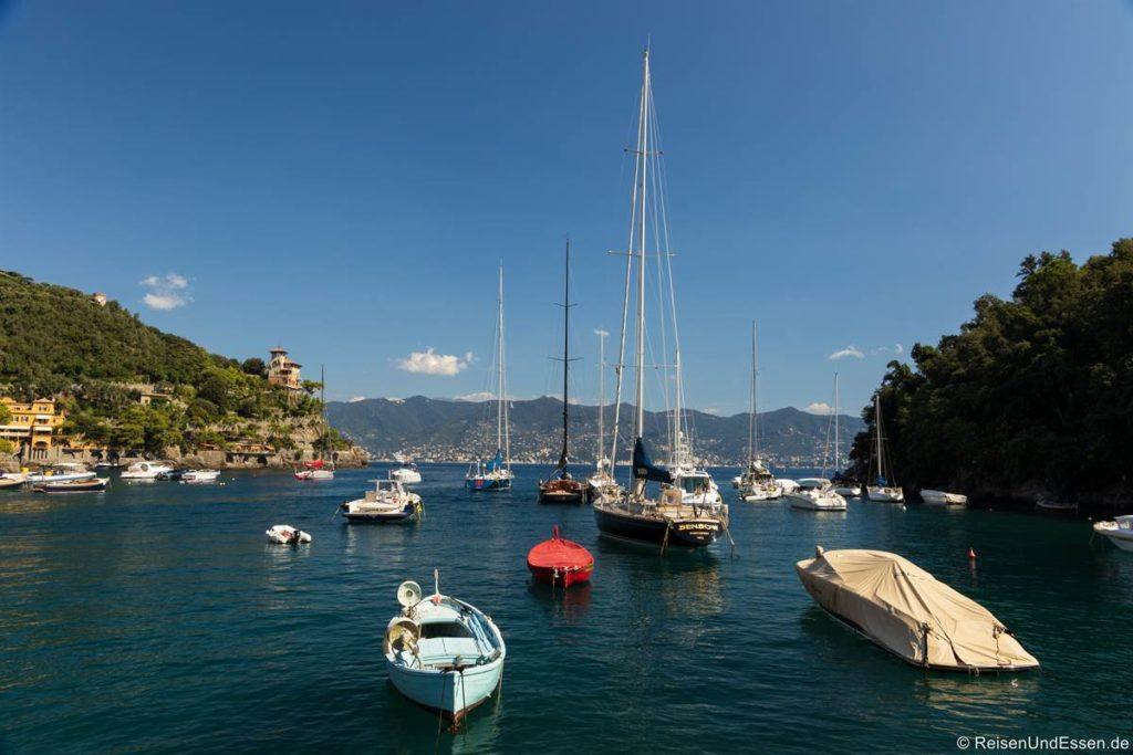 Segelyacht im Hafen von Portofino