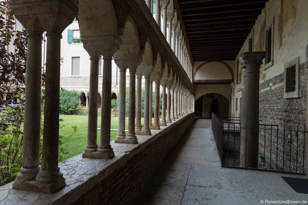Säulengang in der Bibliothek von Verona