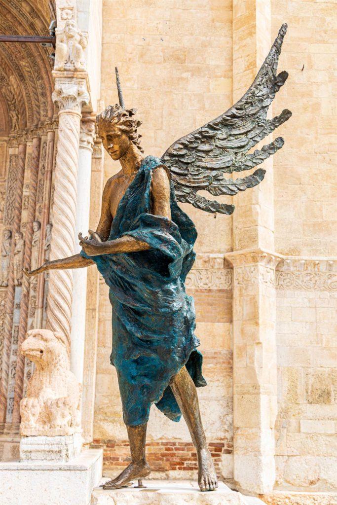 Figur vor dem Dom in Verona