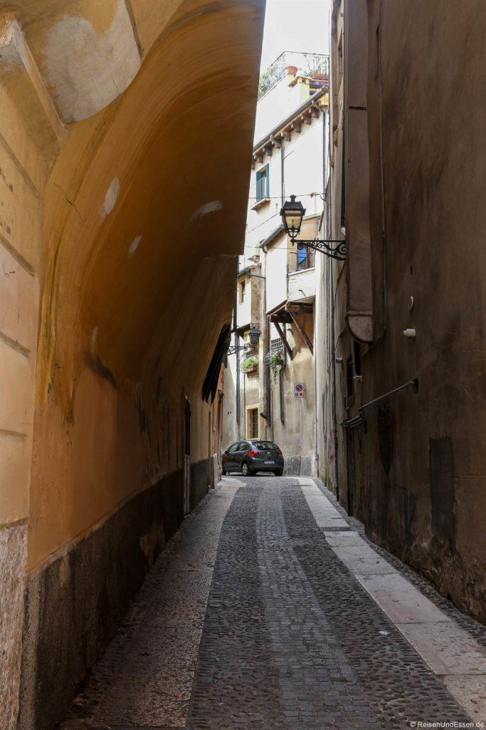 Gasse mit Überhang in Verona