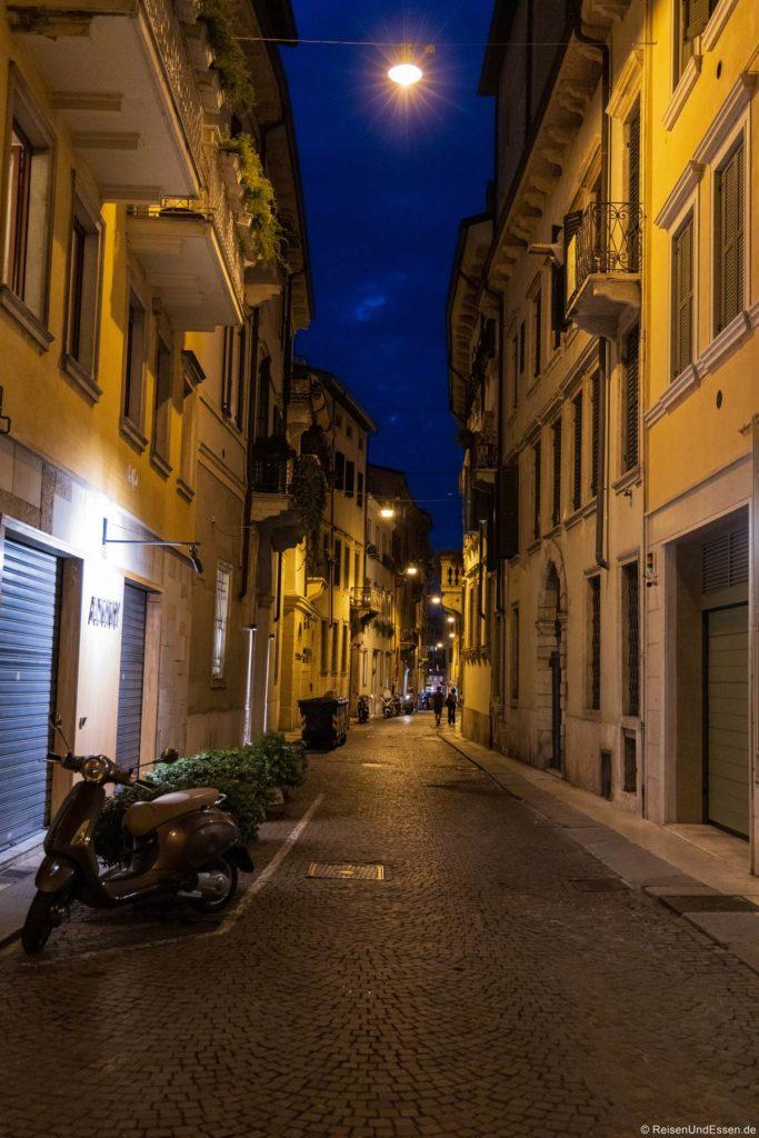 Gasse bei Nacht - Sehenswürdigkeiten in Verona
