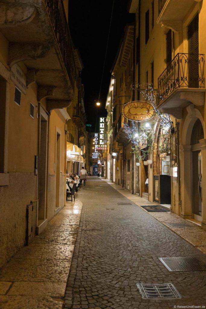 Gasse mit Restaurants in Verona