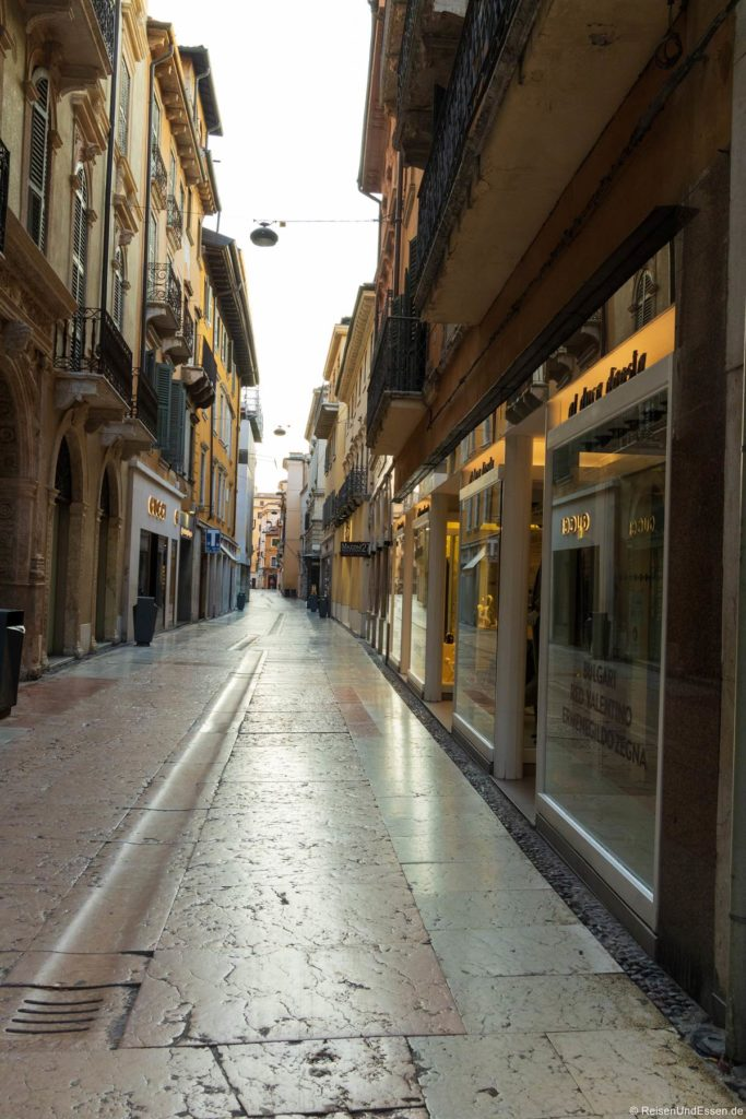 Gasse mit Shops in Verona