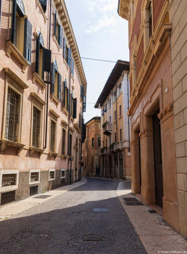 Verwinkelte Gasse in Verona
