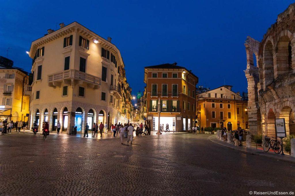 Blick vom Piazza Bra in die Fußgängerzone von Verona