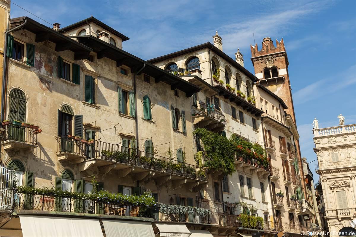 Häuser mit Balkonen und Pflanzen an der Piazza delle Erbe