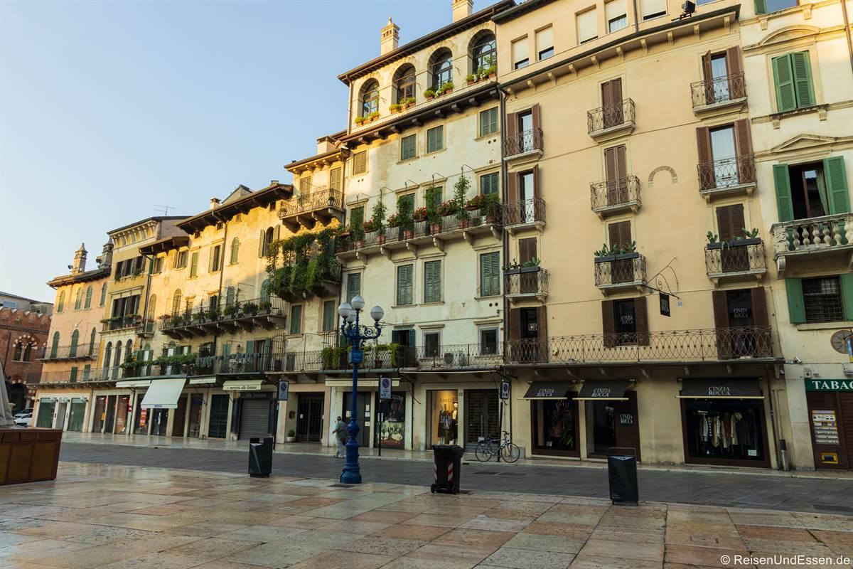 Häuser an der Piazza delle Erbe am Morgen