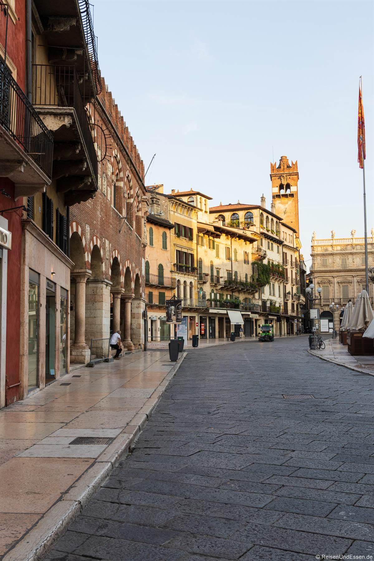 Piazza delle Erbe und Torre dei Lamberti in Verona