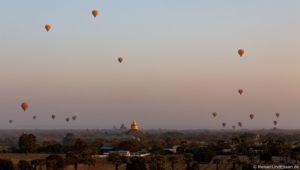 Ballons über Bagan in Myanmar