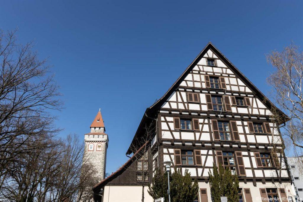 Gemalter Turm und Fachwerkhaus in der Altstadt von Ravensburg
