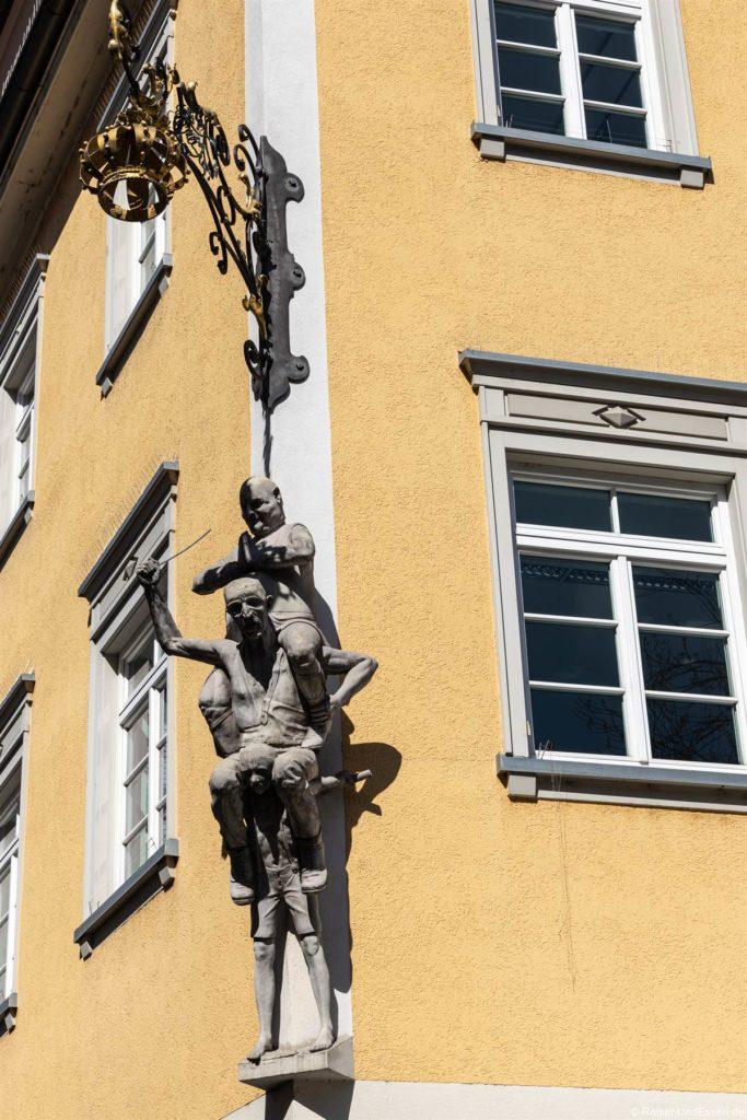 Skulptur an einem Haus in der Altstadt