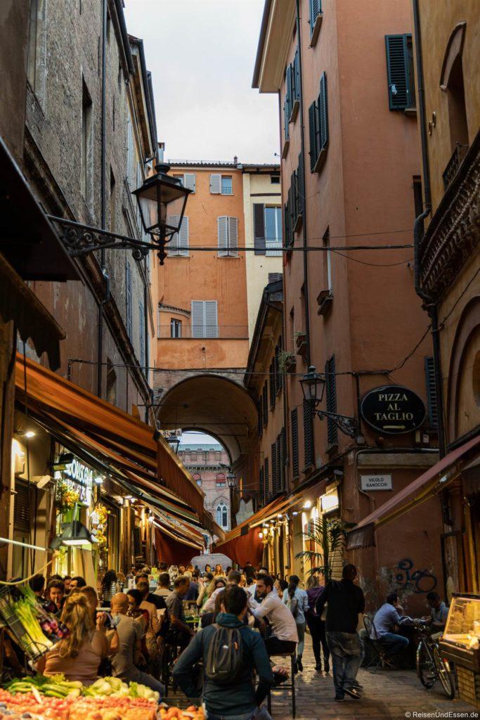 Fressgasse Via Pescherie Vecchie in Bologna