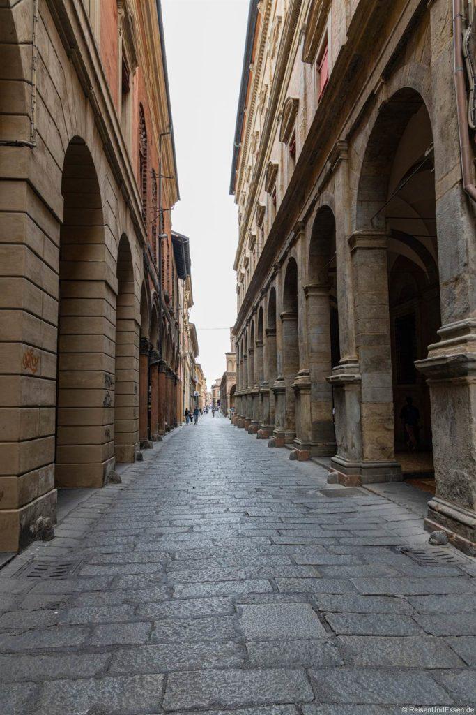 Gasse mit Arkaden in Bologna