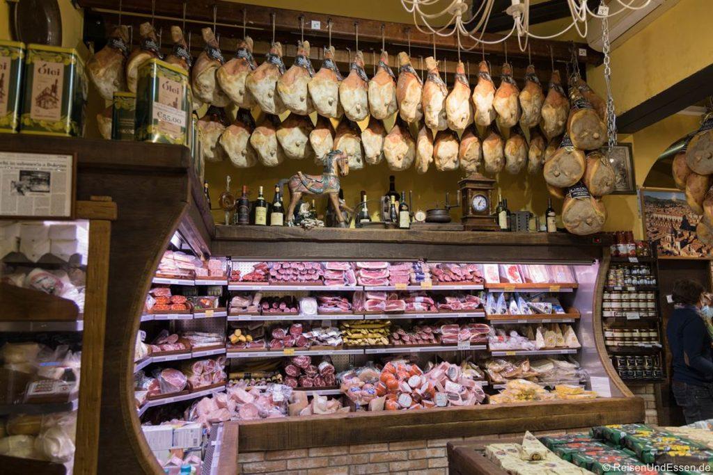 Laden mit Schinken in Bologna