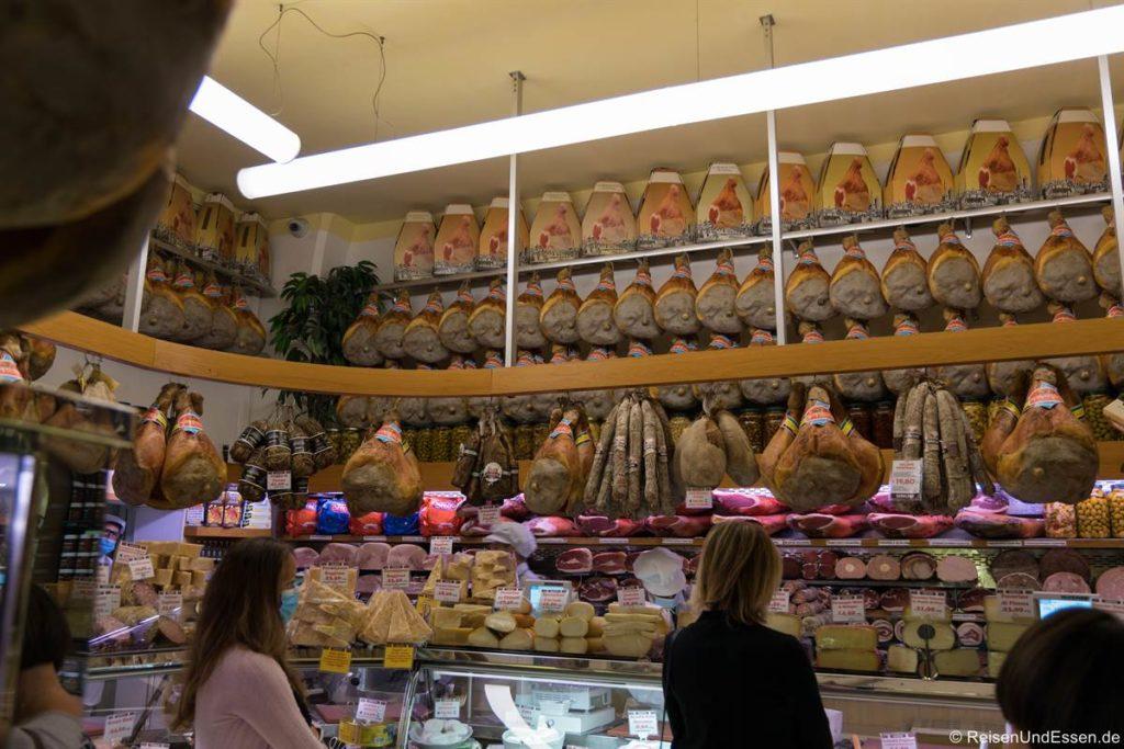 Laden mit Schinken und Käse in Bologna