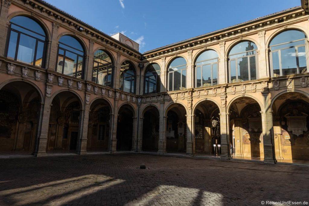 Innenhof vom Palazzo dell'Archiginnasio - Bologna: die Gelehrte