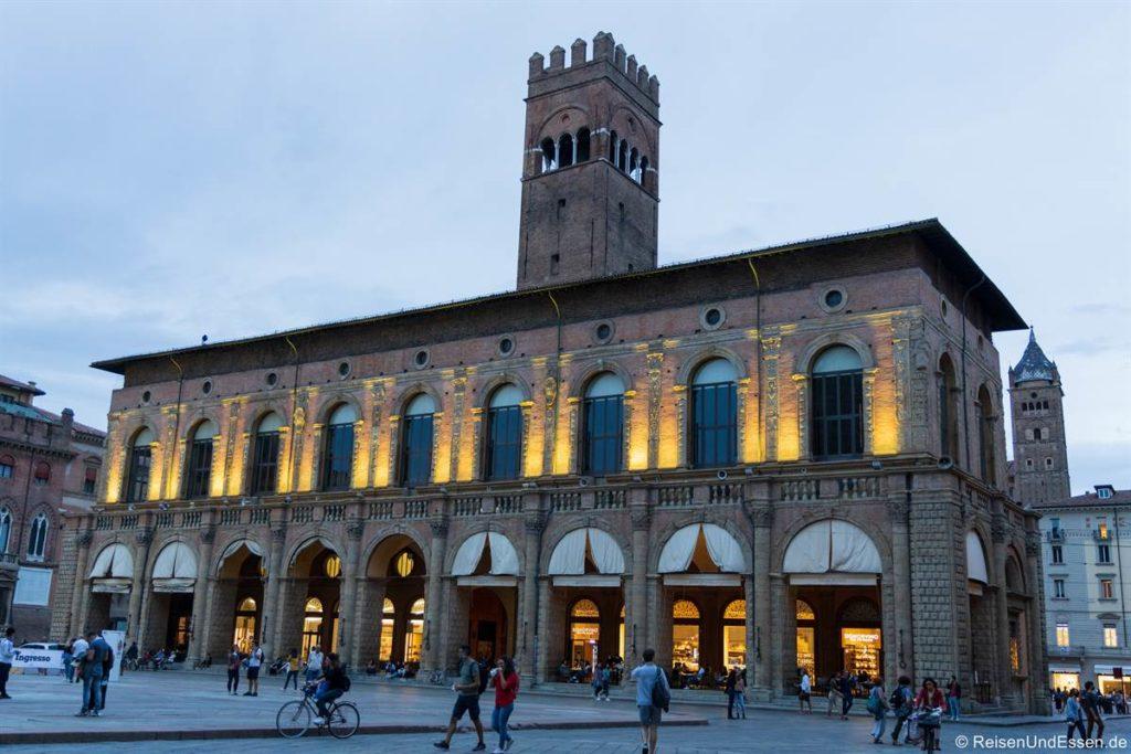 Gebäude an der Piazza Maggiore zur blauen Stunde