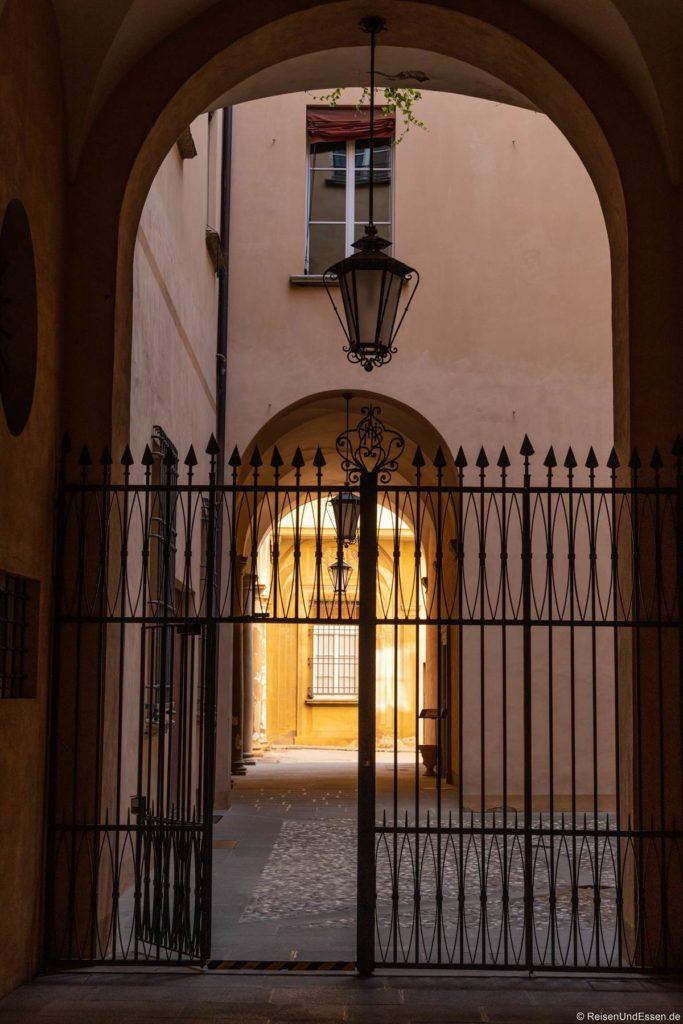 Eingang mit Gitter