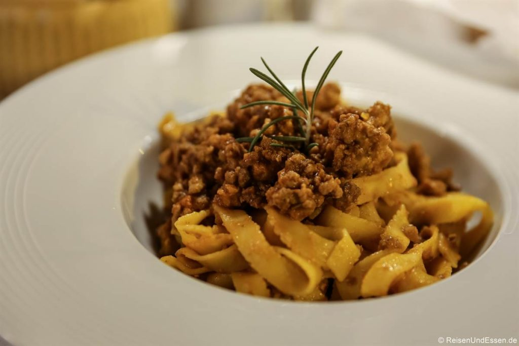 Tagliatelle al ragù in einem Restaurant in Bologna