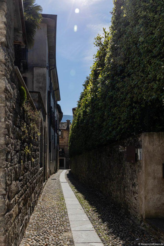 Gasse entlang einer Mauer in Cannobio