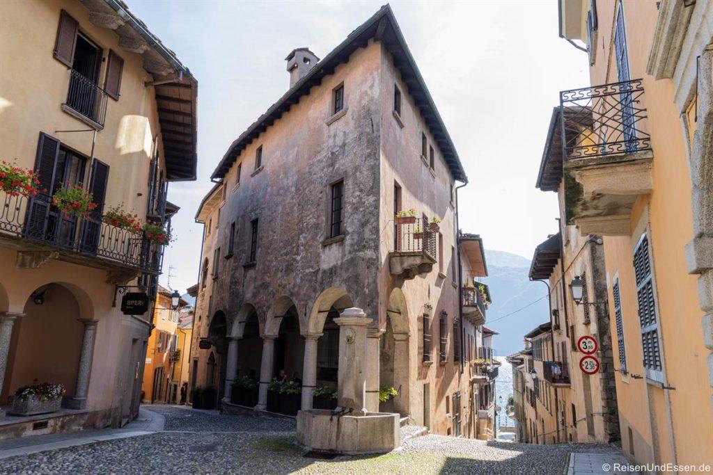 Eckhaus in Cannobio mit Gassen