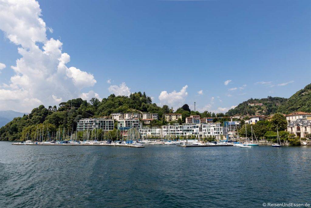 Yachthafen und moderne Häuser in Laveno