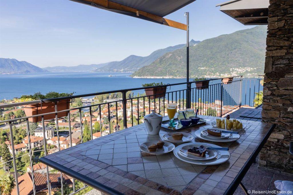 Balkon mit Aussicht in der Ferienwohnung in Maccagno