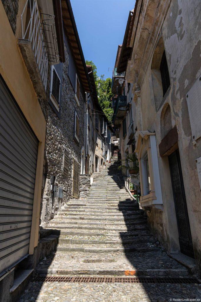 Gasse mit Treppen in Maccagno am Lago Maggiore